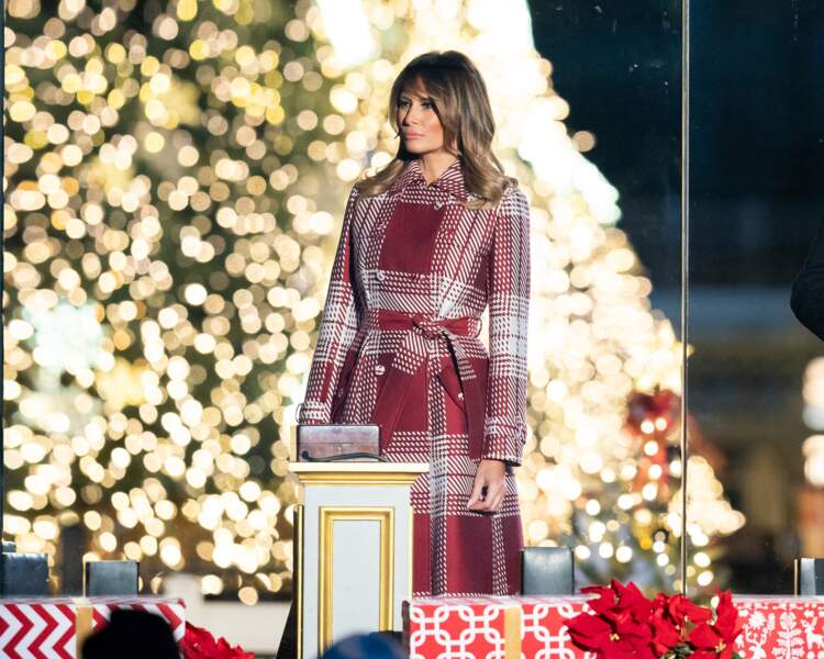 Melania Trump sublime dans un long manteau motif plaid rouge signé Gabriela Hearst à 4.430 euros, pour assister à la 97ème cérémonie annuelle des illuminations à Washington, le 5 décembre 2019.