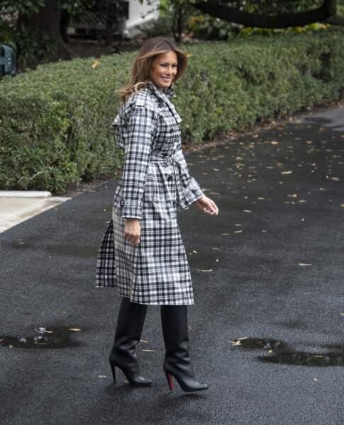Melania Trump glamour dans un trench-coat à l'imprimé écossais noir et blanc de la maison Burberry avant de partir de Washington pour assister aux commémorations de l'armistice à Paris, le 9 novembre 2018.