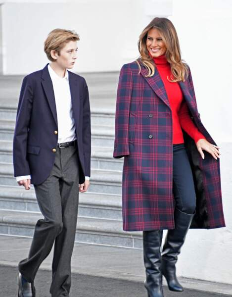 3Melania Trump ose le manteau tartan bleu marine et rouge signé Calvin Klein pour recevoir le sapin de Noël à la Maison Blanche, à Washington, le 20 novembre 2017.