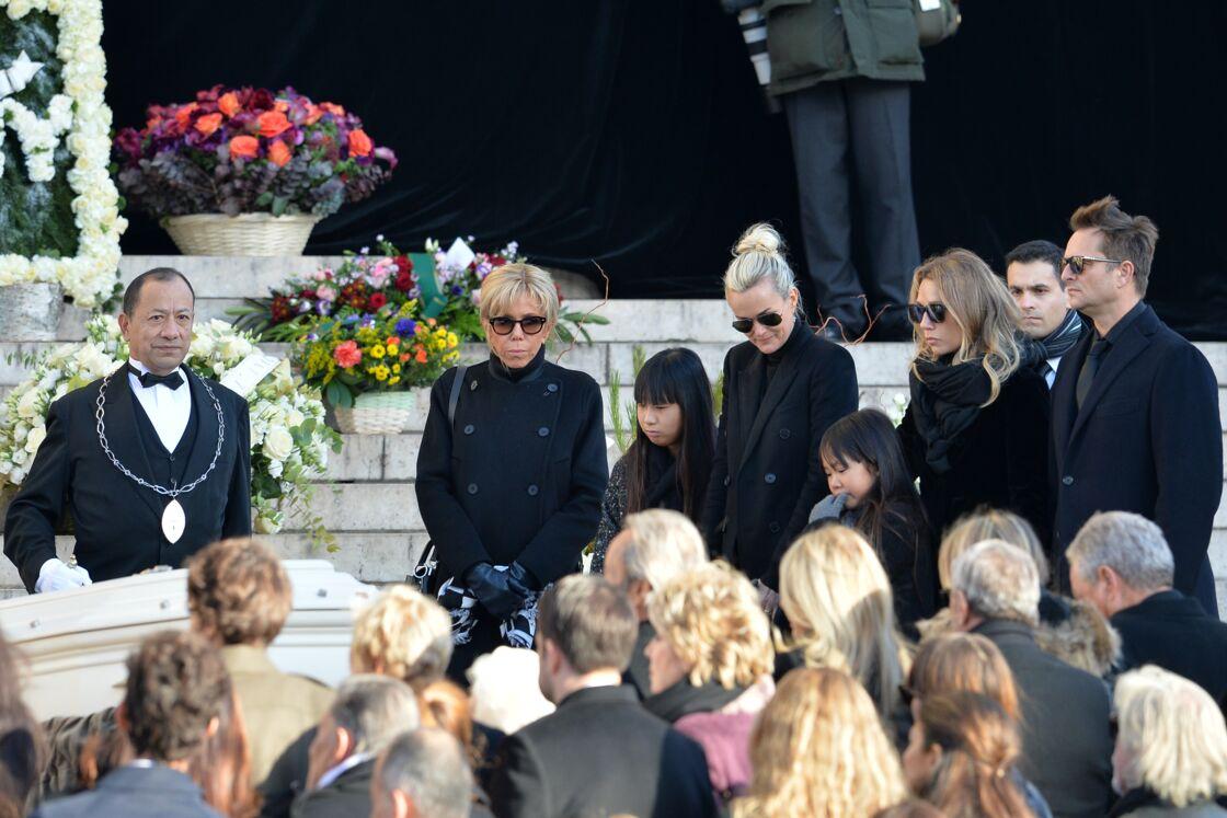 Laeticia Hallyday, avec Brigitte Macron, Jade et Joy, Laura et David, lors de l'hommage populaire rendu à Johnny, le 9 décembre 2017.