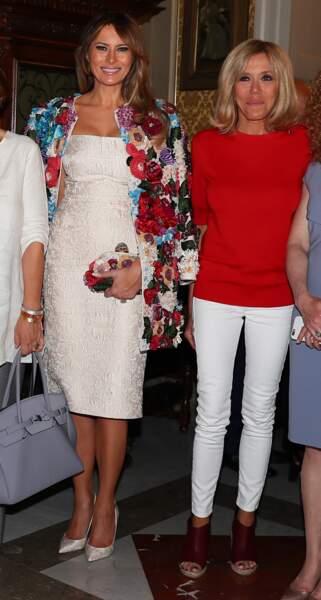 Melania Trump sublime dans un manteau court beige aux fleurs multicolores en relief imaginé par la marque Dolce & Gabbana à l'occasion du G7 en Sicile, le 26 mai 2017.
