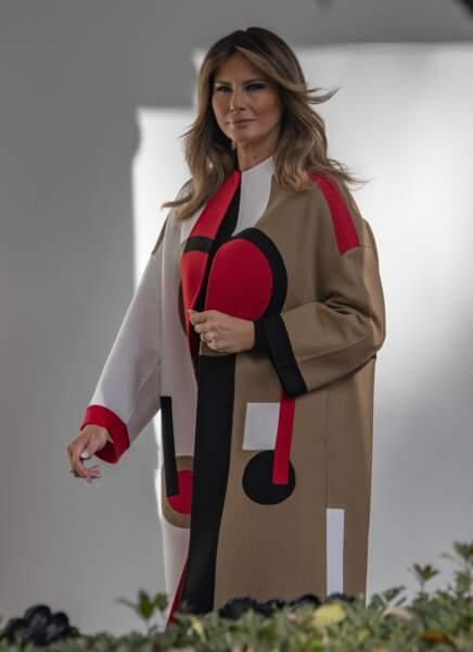 Melania Trump superbe dans un manteau camel rétro à l'imprimé graphique rouge et noir signé Dior à plus de 8.000 euros lors de la traditionnelle cérémonie de Thanksgiving à la Maison Blanche à Washington, le 20 novembre 2018.