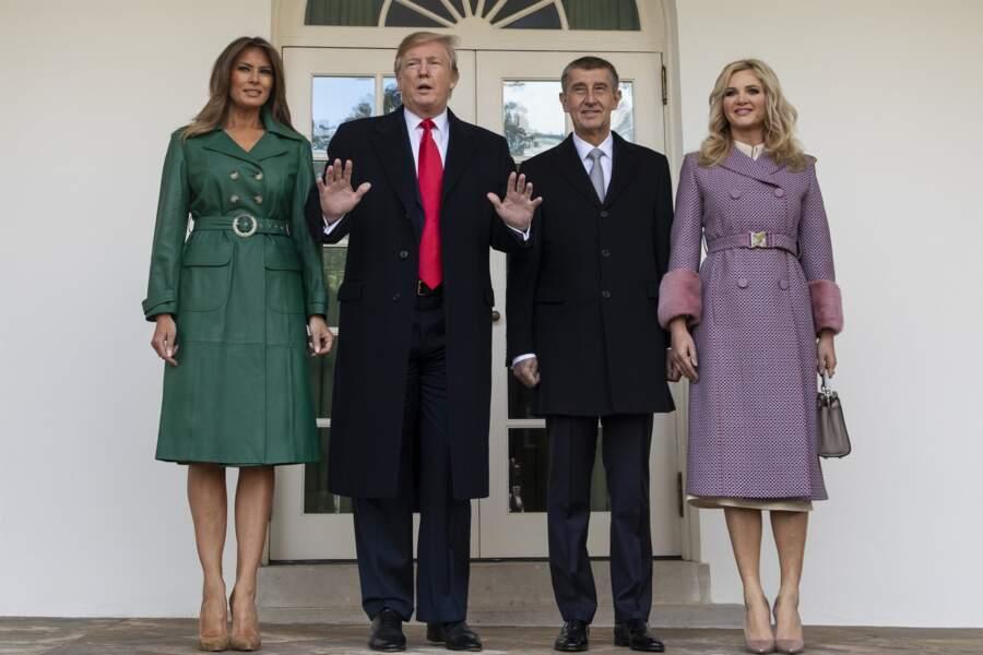 Melania Trump porte le trench en cuir vert bouteille signé Alexa Chung comme personne pour recevoir le premier ministre tchèque et sa femme à la Maison Blanche, à Washington, le 7 mars 2019.