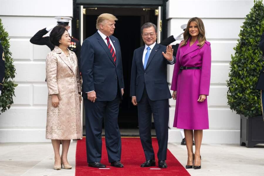 Melania Trump époustouflante dans un manteau rose fuchsia Louis Vuitton avoisinant les 4.290 euros pour recevoir le président de la Corée du Sud et sa femme à la Maison Blanche, à Washington, le 11 avril 2019.