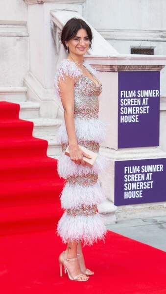 Penelope Cruz renversante dans une robe moulante à plumes et à paillettes.