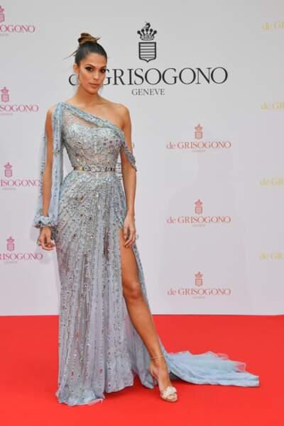 Iris Mittenaere canon dans une longue robe sirène à sequins bleu pastel lors du Festival de Cannes.