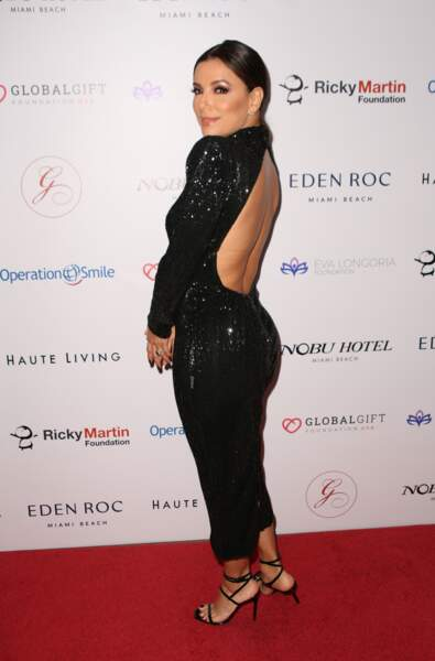 Eva Longoria sexy dans une robe longue noire dos nu à paillettes.