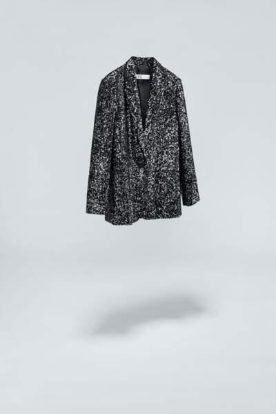 La veste à paillettes noires avec son col à revers et ses poches à double passepoil à l'avant, Zara, 89,95€.