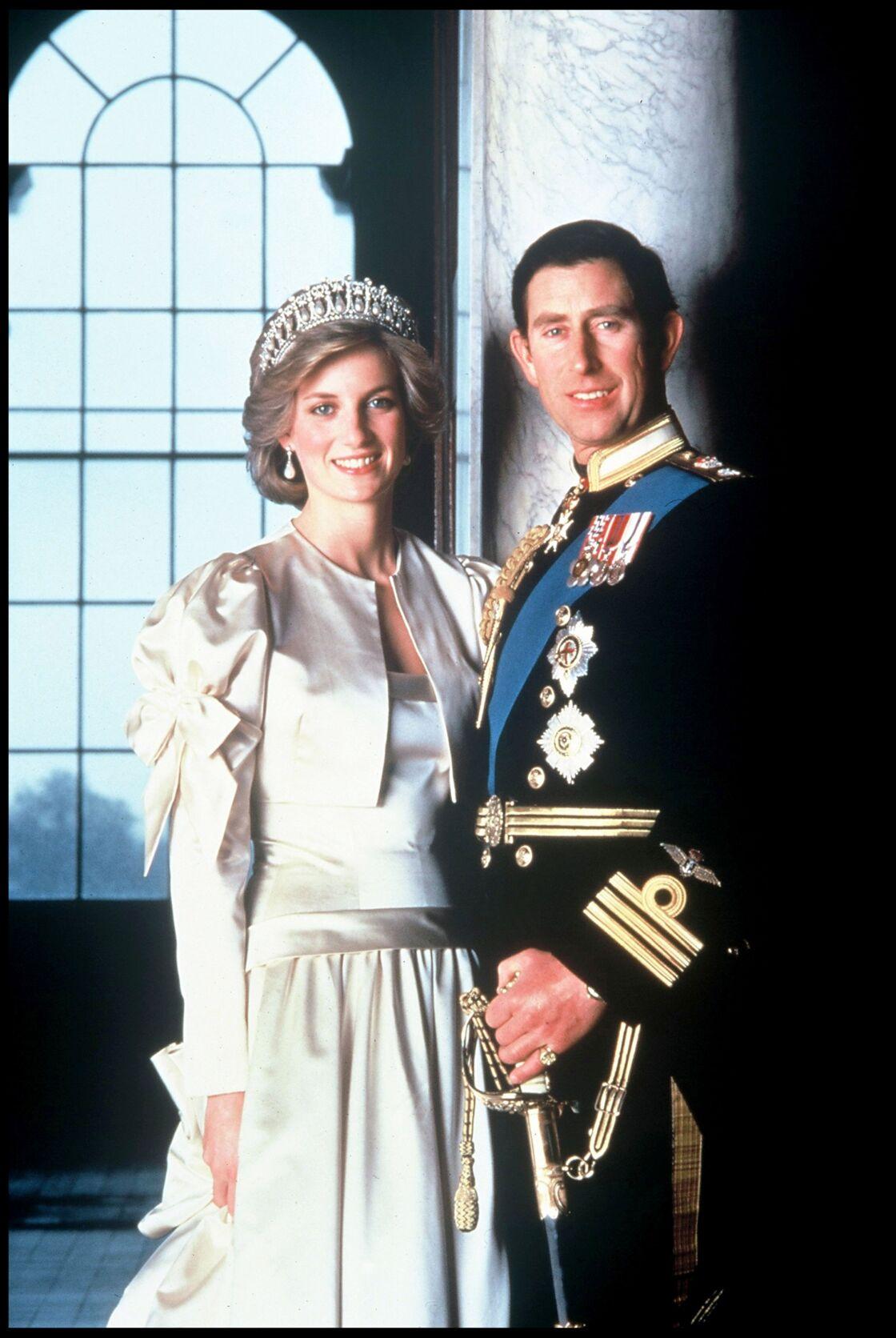 Lady Diana, coiffée de la tiare Lover's Knot, pour une photo officielle au côté du prince Charles, en 1985.