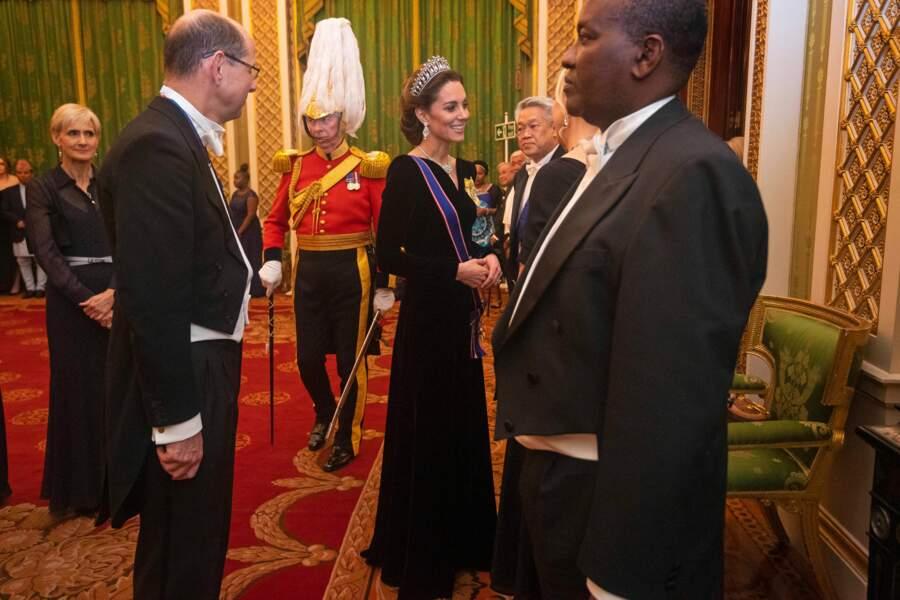 Pour cette soirée d'exception Kate Middleton a opté pour une matière très tendance : le velours.