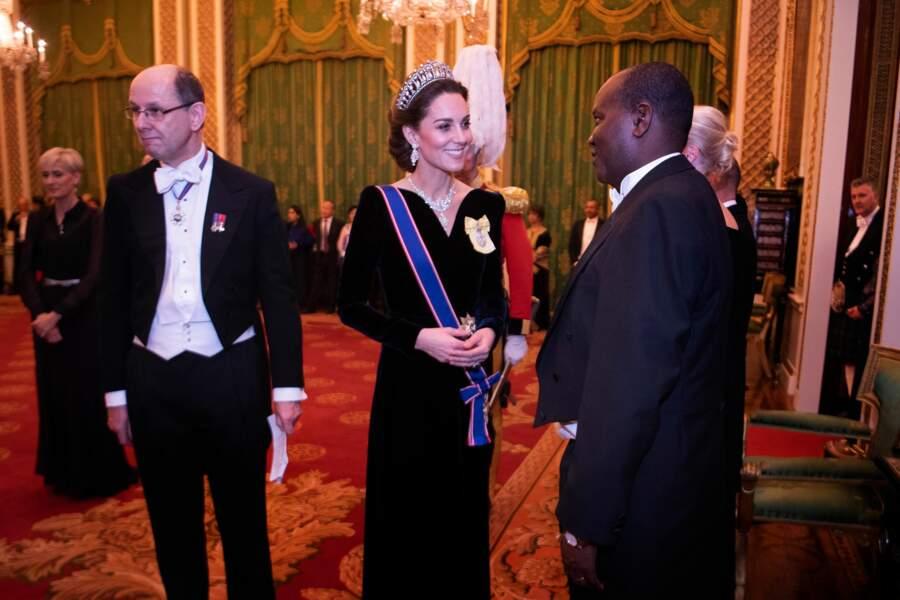 Comme un hommage à Elisabeth II, Kate Middleton portait un médaillon jaune à l'effigie de la reine.