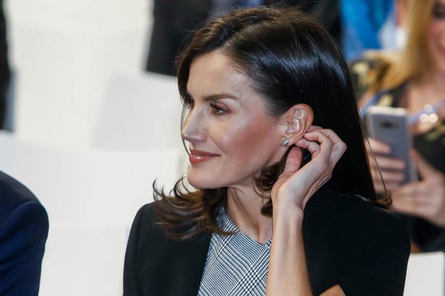 Côté bijoux, Sa Majesté a opté pour de jolies boucles d'oreilles, très discrètes.