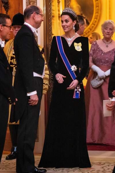 Cette robe au ravissant décolleté mettait en valeur le collier Nizam of Hyderabad que la reine Elisabeth II a offert à Kate Middleton.