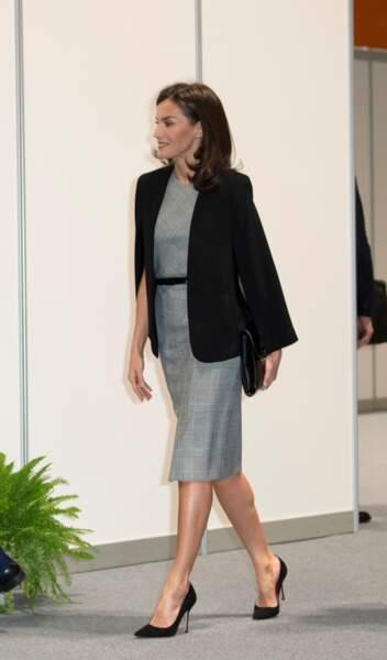 Perchée sur des escarpins noirs, la reine d'Espagne dévoilait ses belles jambes.