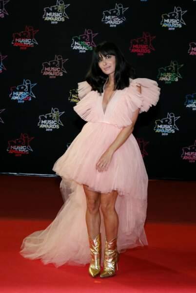 Jenifer princesse rock et glamour dans une robe en tulle rose poudré signée Giambattista Valli assortie à des bottines façon santiags dorées sur le tapis rouge des NRJ Music Awards 2020.