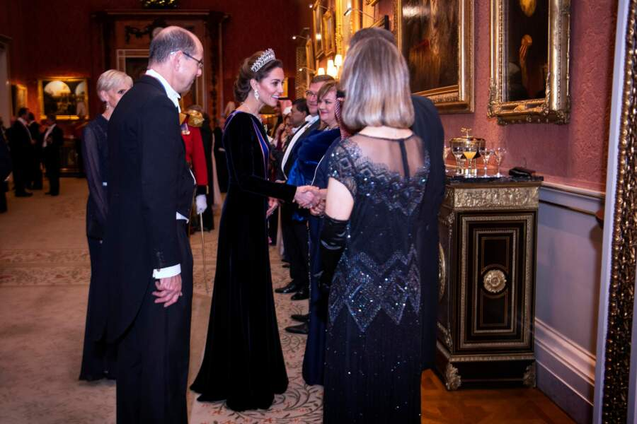 Dans cette robe digne d'une star hollywoodienne et le chignon bas tressé, Kate Middleton confirme son statut d'icône mode de la famille royale britannique.