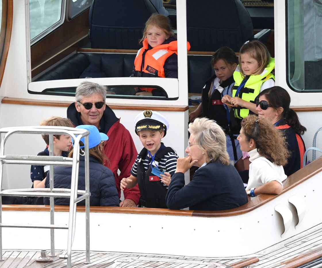 Le prince George et la princesse Charlotte ainsi que leurs grands-parents Carole et Michael Middleton participent à la régate de la Coupe du Roi à Cowes, sur l'île de Wight, le 8 août 2019.