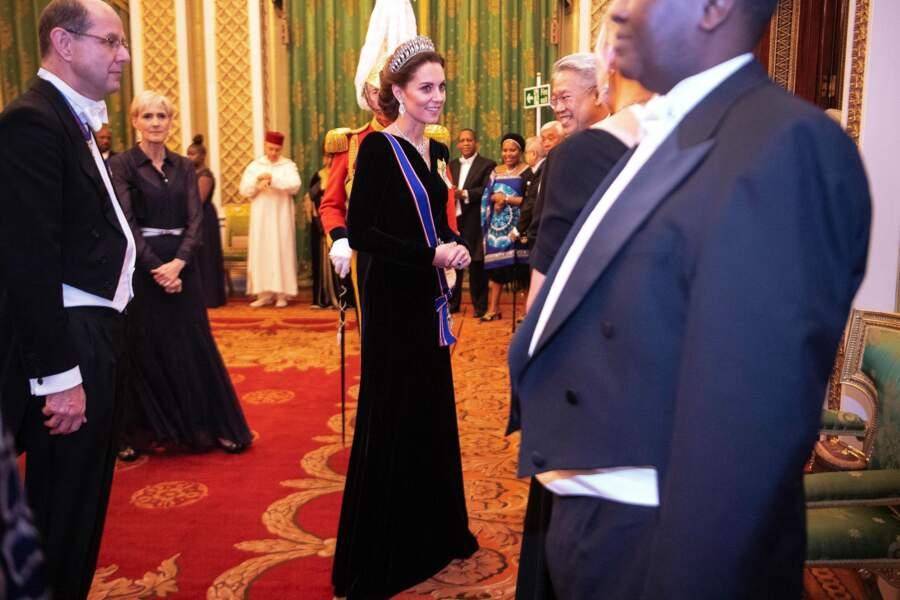 Kate Middleton a opté pour un bleu plus foncé très chic pour rencontre les membres du corps diplomatique.