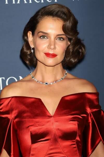 un rouge assortit à sa robe comme Katie Holmes.