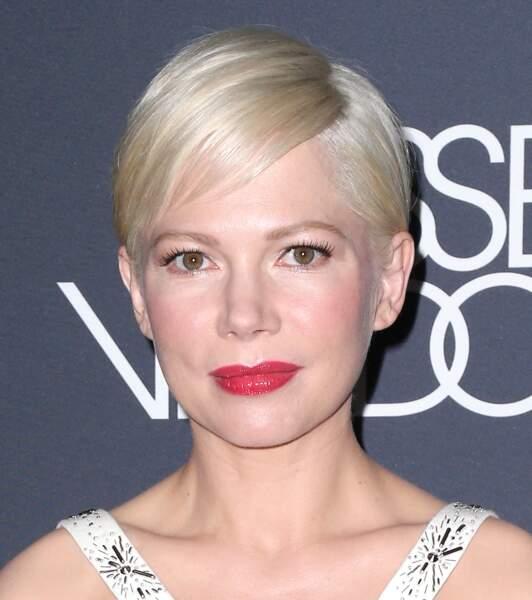 un rouge satiné pour aller avec le blond platine de Michelle Williams.