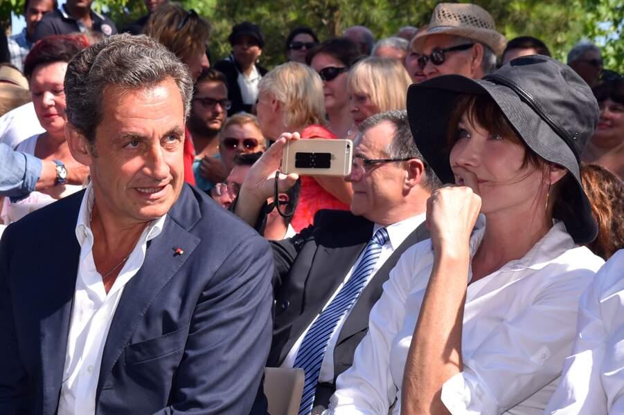 En juillet 2015, le couple Nicolas Sarkozy et Carla Bruni profite d'un bain de foule dans les rues de Nice.