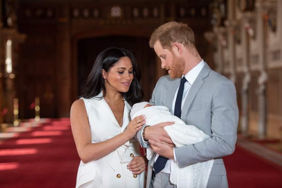 Un enfant présenté par Meghan et Harry devant les caméras du monde entier quelques jours après sa naissance mais pas le jour J comme l'a toujours fait Kate Middleton. Une fois de plus, Meghan Markle est montrée du doigts.