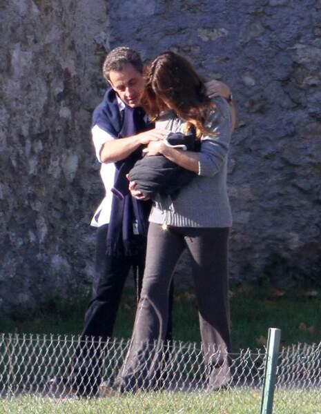 Moment câlin pour Nicolas Sarkozy et sa femme Carla Bruni avec leur fille Giulia à La lanterne à Versailles en octobre 2011.