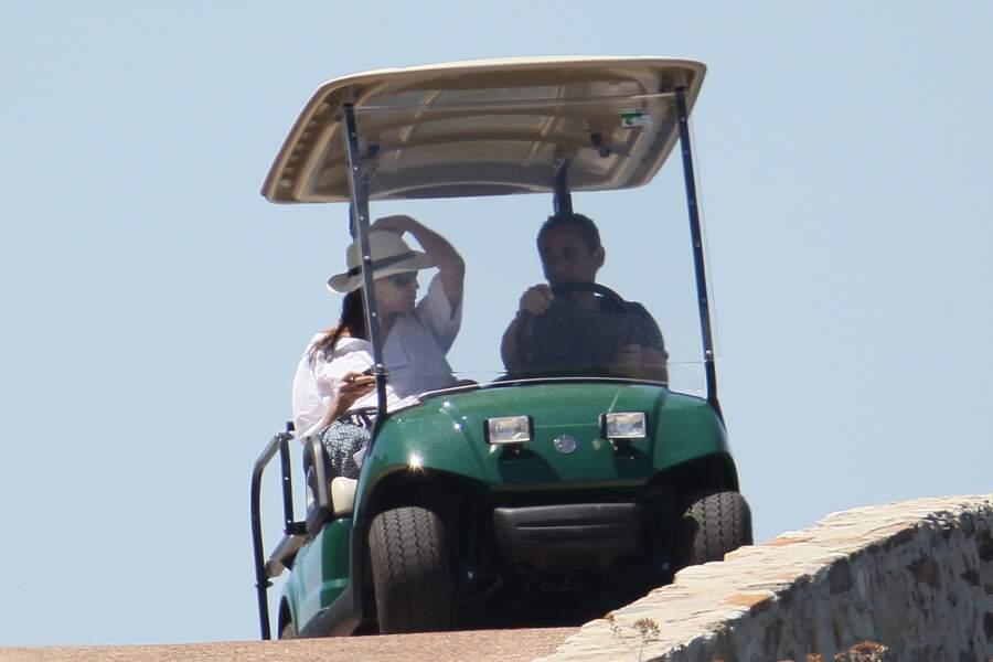 Nicolas Sarkozy et sa femme Carla Bruni en vacances au fort de Brégançon en juillet 2011. Le couple profite de quelques jours de détente loin du tumulte parisien.