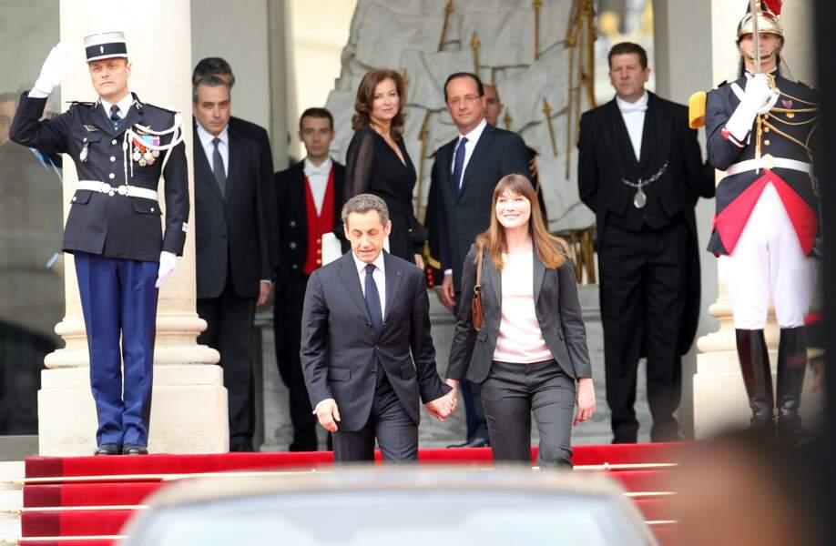 En mai 2012, Nicolas Sarkozy et sa femme Carla Bruni font leurs adieux à l'Elysée. François Hollande et sa compagne Valérie Trierweiler font à leur tour leur entrée au 55 rue du Faubourg Saint-Honoré.
