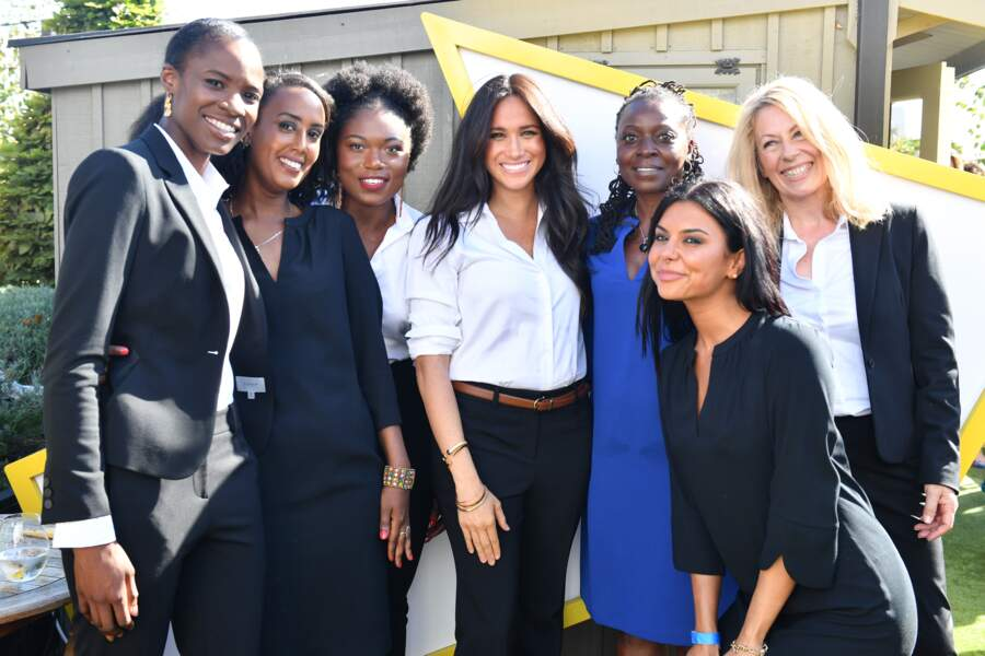 Meghan Markle le 12 septembre 2019 à Oxford Street à l'occasion du lancement de sa collection Capsule Smart Works. Elle porte la fameuse chemise, produit phare de la collection.
