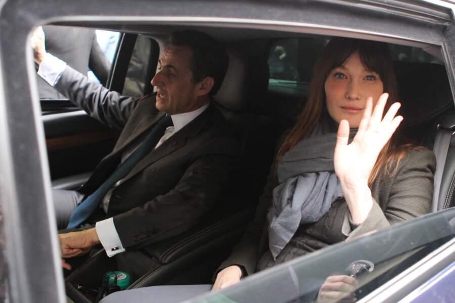 En mai 2012, Carla Bruni est aux côtés de son mari Nicolas Sarkozy pour le second tour de l'élection présidentielle. Elle est son plus fidèle soutien.