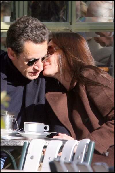 Carla Bruni et Nicolas Sarkozy complices sur un banc du château de Versailles. Loin de l'Elysée, le couple profite de quelques heures de détente près de La lanterne et savoure leurs premiers jours en tant que mari et femme.