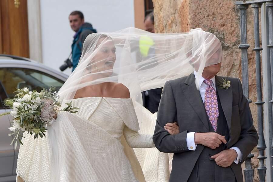 Lady Charlotte Wellesley (descendante de la reine Victoria et fille du Duc de Wellington) et Alejandro Santo Domingo ont dû braver le vent lors de leur mariage le 28 mai 2016.