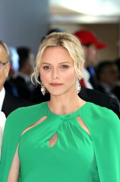 le chignon et les mèches ondulés comme La princesse Charlène de Monaco.
