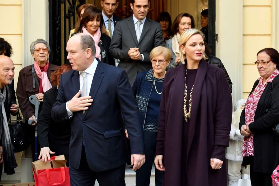 Albert et Charlène de Monaco ont posé avec les bénévoles de la Croix-Rouge après la distribution des cadeaux de Noël