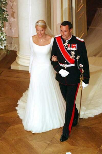 Pour son mariage avec le prince Haakon de Norvège le 25 août 2001, Mette-Marit a choisi d'être emmenée devant l'autel au bras... de son futur époux.