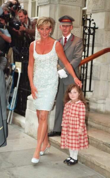 La princesse Diana dans une robe Catherine Walker, accessoirisée de boucles d'oreilles pendantes en diamants et perles, à Londres en 1997.