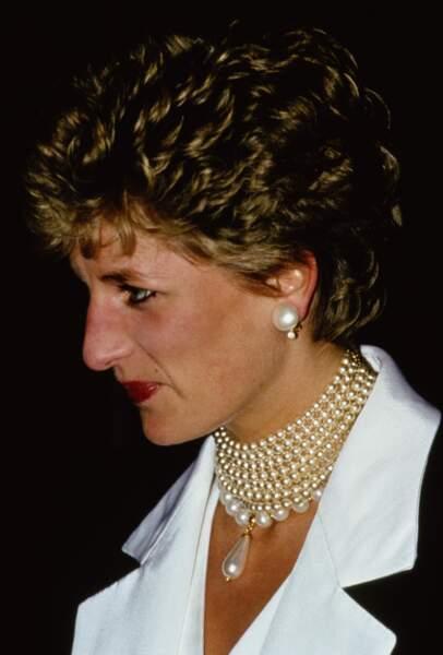 La princesse Diana en 1993 avec son collier cascade de perles, constitué d'un ras-de-cou de huit rangs de perles, auquel elle a ajouté un collier pendentif en forme de goutte.