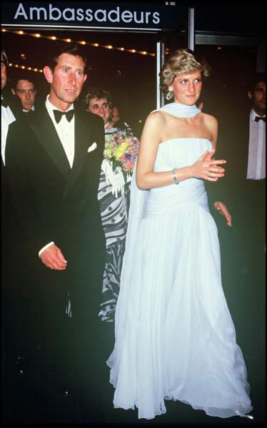 Le princesse Charles et la princesse Diana lors du Festival de Cannes 1987. Lady Di porte une robe bleu ciel Catherine Walker, accessoirisée de boucles d'oreilles en aigue-marine et diamants.