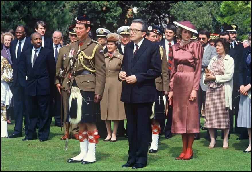 Le prince Charles et la princesse Diana lors d'un voyage en Italie en 1985. Elle porte un choker à trois rangées de perle offert par sa famille pour ses 18 ans.