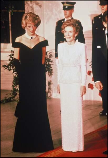 La princesse Diana en visite aux USA, aux côtés de la première dame Nancy Reagan en 1985. Elle porte un collier en perle et en saphir.
