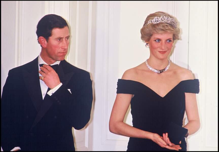Le prince Charles et la princesse Diana lors d'un voyage en Allemagne en 1987. Elle porte une parure en forme de croissant de lune composé de boucles d'oreilles, d'un collier et d'un bracelet en diamant et saphir.