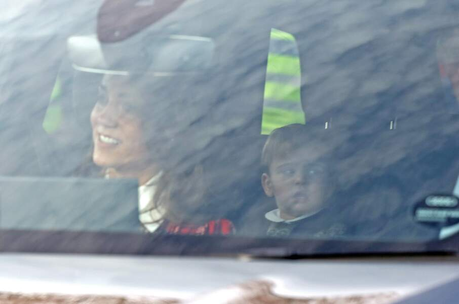 Kate Middleton arrivant avec le prince Louis à Buckingham le 18 décembre 2019 : il s'agissait du premier déjeuner de Noël au palais pour le dernier né des Cambridge, qui a fêté son premier anniversaire le 23 avril.