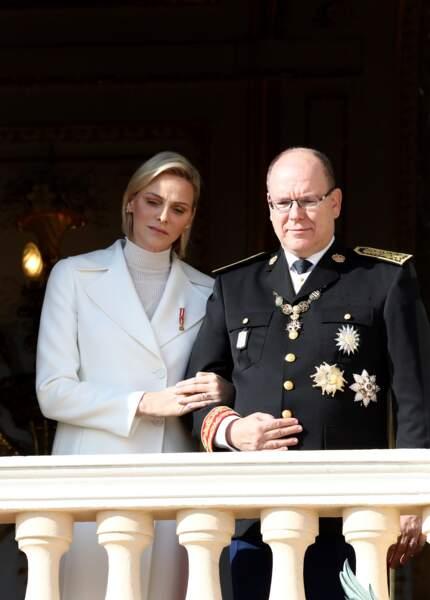 La princesse Charlène agrippée à son prince lors de la fête Nationale monégasque, à Monaco, le 19 novembre 2019.