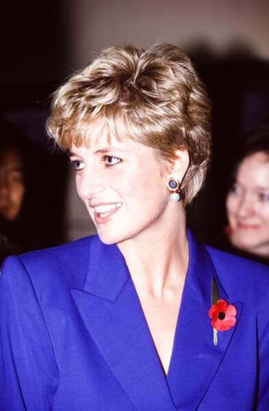 Lady Diana à Seoul lors de sa visite en Corée du Sud en novembre 1992, portant une paire de boucles d'oreilles en perles, saphir et rubis.