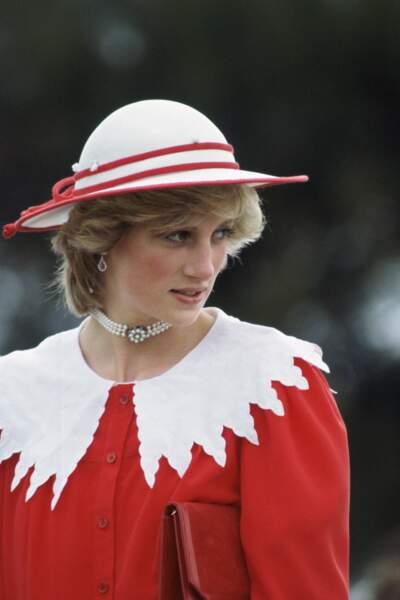 La princesse Diana lors d'un voyage en Australie en 1983. Elle porte un choker à trois rangées de perle qui lui a été offert par sa famille à l'occasion de son 18e anniversaire.
