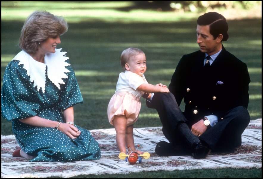 Le prince Charles, la prince William et la princesse Diana lors d'un voyage en Australie en 1983. Elle porte au poignet un bracelet en or offert par Charles à l'occasion de leur mariage.