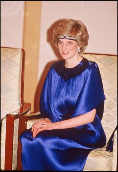 Lady Diana portant un bijou de tête en saphir, lors d'un voyage au Japon en 1986.