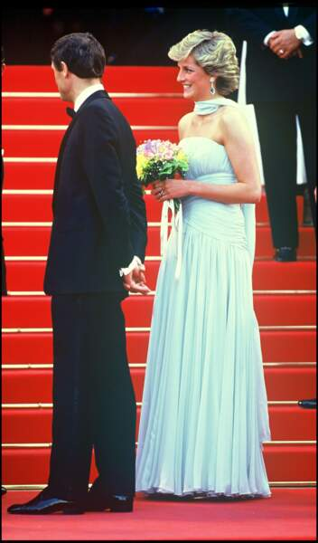 Le princesse Charles et la princesse Diana lors de la montée des marches du Festival de Cannes 1987. Lady Di porte de sublimes boucles d'oreilles en aigue-marine et diamants.