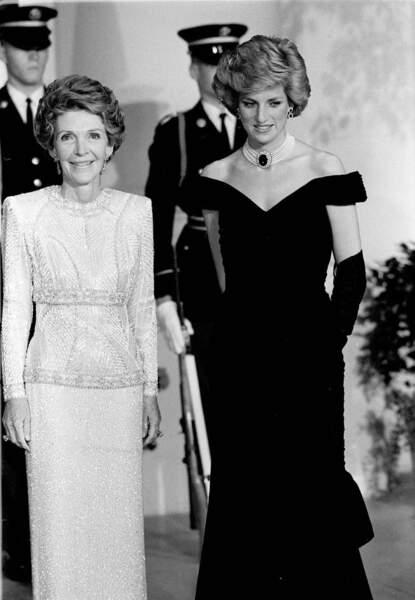 La princesse Diana et Nancy Reagan lors d'un voyage officiel aux Etats-Unis en 1985. Elle porte un collier en parle ras-de-cou rehaussé d'une broche en saphir.